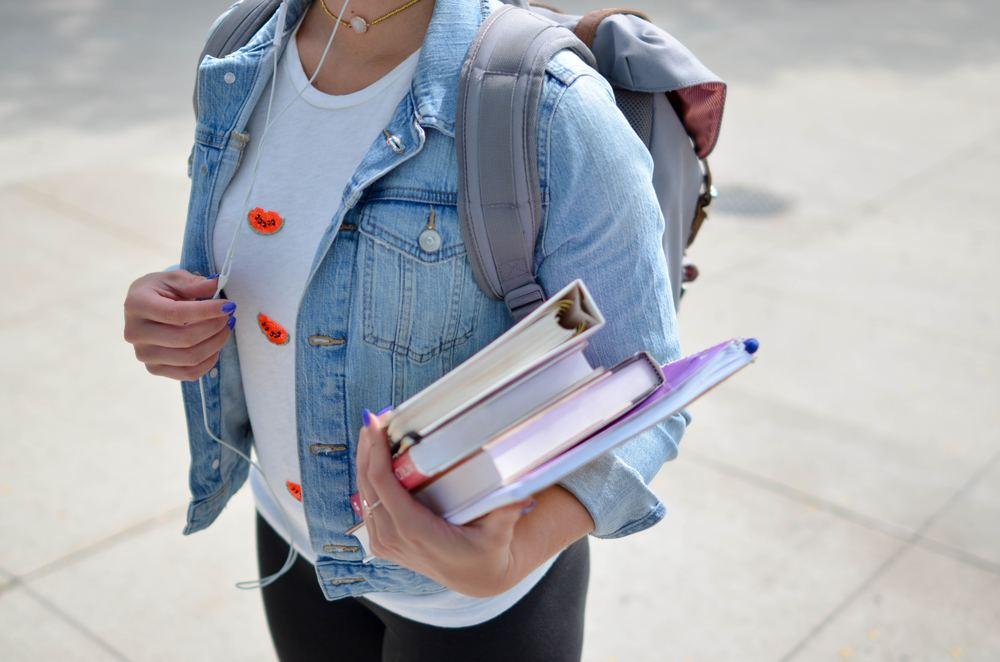 Student som bærer bøker